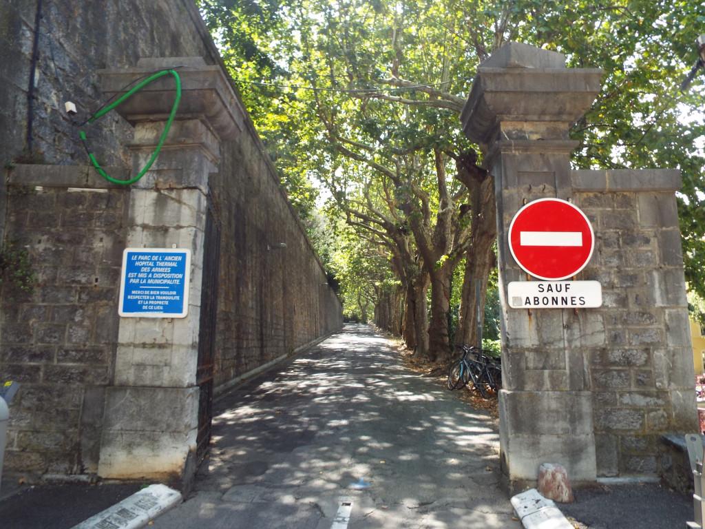 Porta d'entrada a l'antic hospital militar, en l'actualitat.