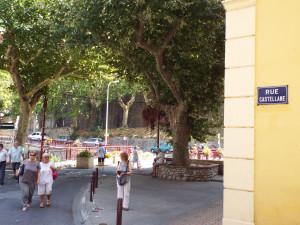 calle de Els Banys dedicada al mariscal Boniface, conde de Castellane (1788-1862) que promovió que el pueblo adoptara el nombre de la esposa del rey Philippe d'Orleans (Amélie) así como la construcción del Hospital Militar y fue un duro gobernador militar de los Pirineos Orientales.