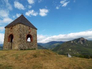 Torre del Conjurador de Serrallonga (Vallespir) des de la qual el capellà pregava per a salut del bestiar i el bon temps.